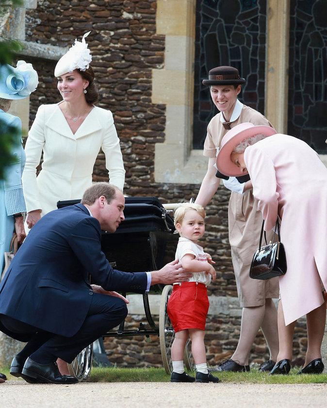 Elizabeth II auprès du prince George et de la princesse Charlotte, ses arrière-petits-enfants