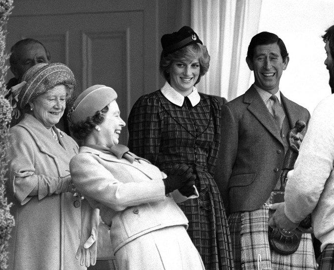 Elizabeth II avec son fils Charles et sa belle-fille Diana Spencer