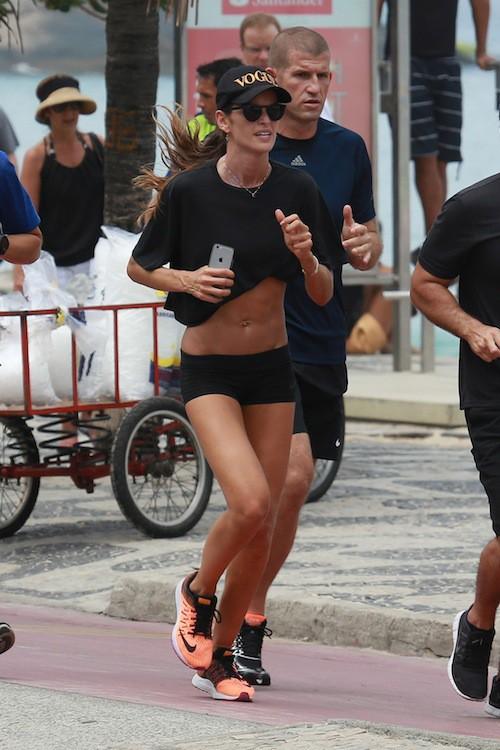 Photos : abdos, bikini body… Izabel Goulart nous en met plein la vue à Rio !