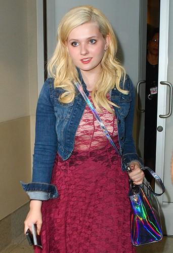 Abigail Breslin à l'aéroport de Los Angeles le 12 août 2013