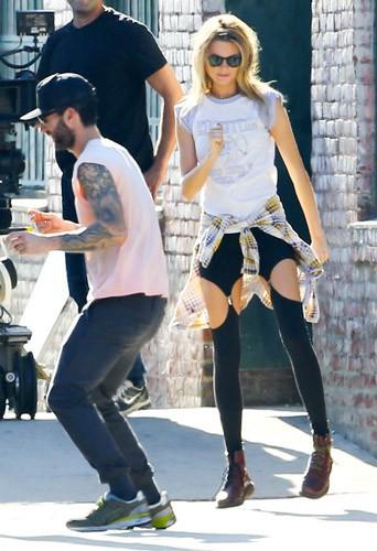 Photos : Adam Levine et Behati Prinsloo : les jeunes mariés continuent leur lune de miel pour le clip des Maroon 5 !