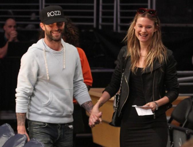 Photos : Adam Levine et Behati Prinsloo : mariés complices pour soutenir les Lakers !