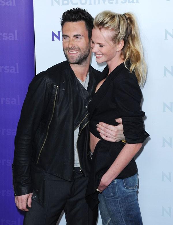 Adam Levine avec Anne Vyalitsyna hier à la conférence de presse de la NBC !