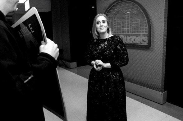 Adele est beaucoup maquillée lorsqu'elle est sur scène