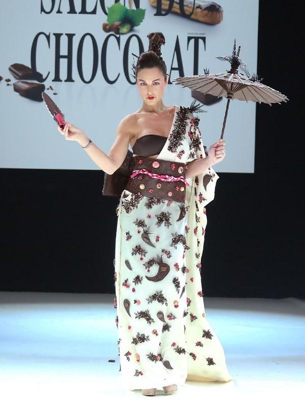 Natasha St-Pier au défilé du salon du chocolat à Paris le 30 octobre 2012