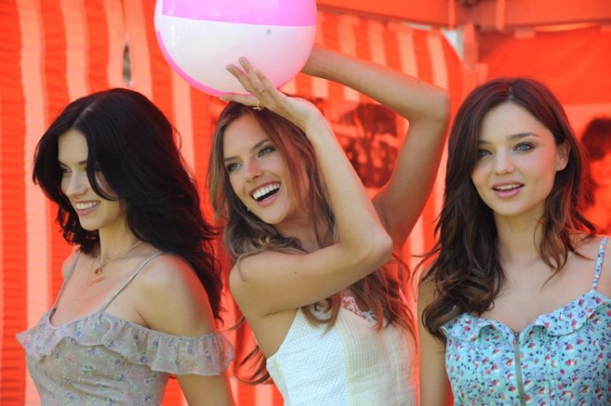 Miranda Kerr, Adriana Lima et Alessandra Ambrosio lors de la promo du Victoria's Secret Bombshell 2011 Tour, le 12 mai 2011 à Los Angeles.