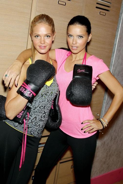 Adriana Lima et Erin Heatherton dans une boutique Victoria's Secret de New-York le 15 janvier 2013