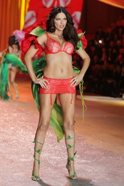Adriana Lima lors du défilé Victoria's Secret à New York, le 7 novembre 2012.