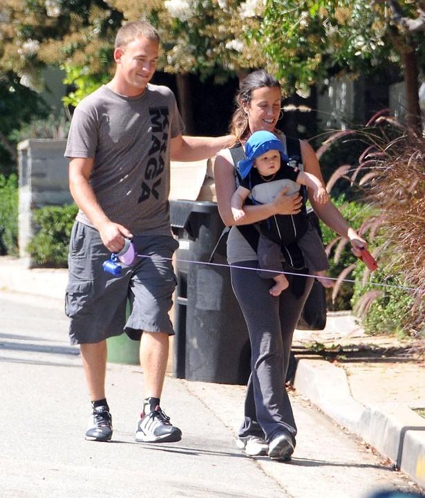 Alanis Morissette en balade en famille à Brentwood, le 9 août 2011.