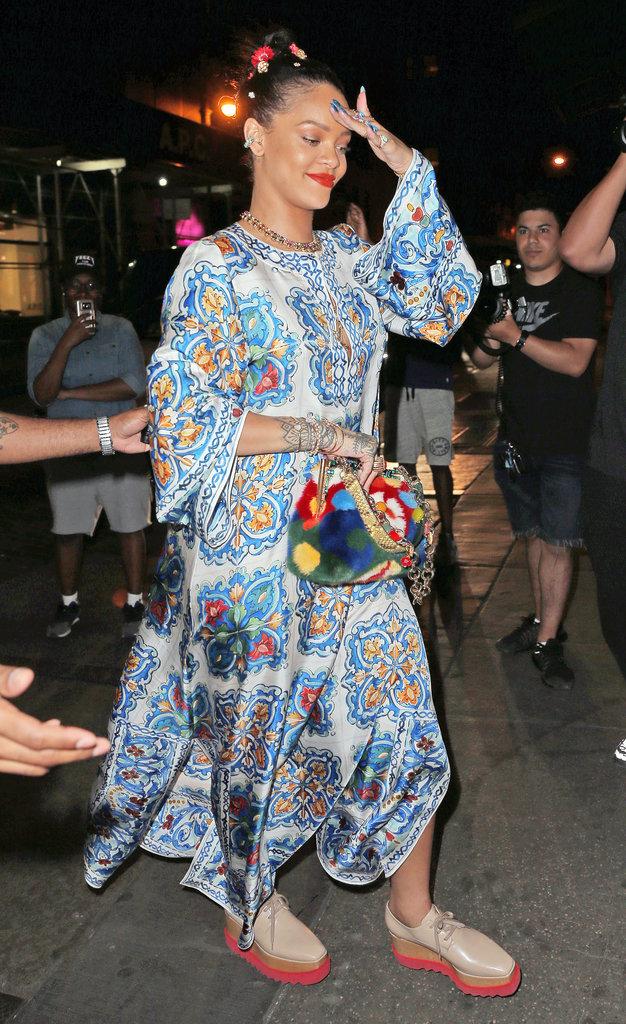 Photos : Alerte : Rihanna est sortie de chez elle avec des vêtements sur le dos !