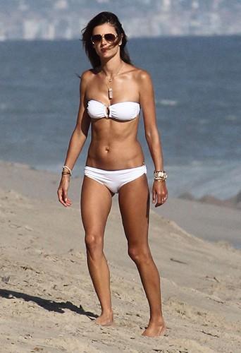 Alessandra Ambrosio en famille sur une plage de Los Angeles le 23 août 2014