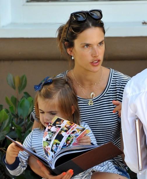 Alessandra Ambrosio en mode maman poule à Santa-Monica le 11 juillet 2012