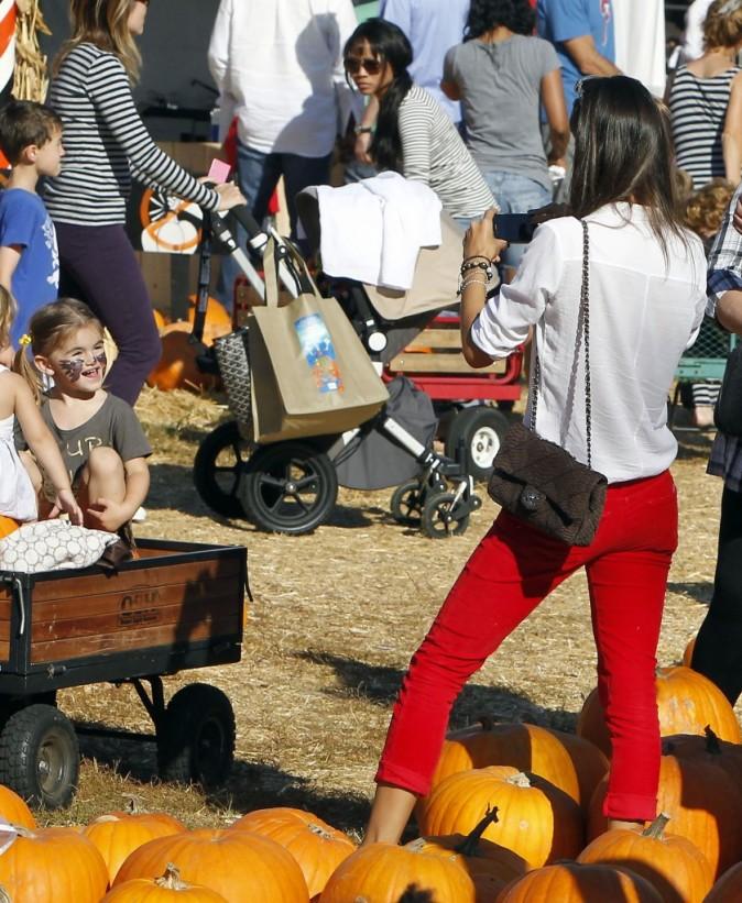 Alessandra Ambrosio en famille au Shawn's Pumpkin Patch à Santa Monica, le 16 octobre 2011.