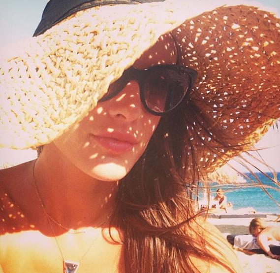 Alessandra Ambrosio : en vacances à Mykonos, elle a tout d'une déesse grecque !