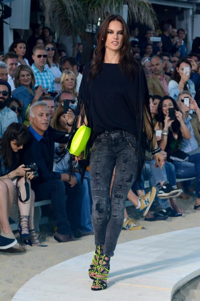 Photos : Alessandra Ambrosio et Bar Refaeli : fesses et poitrines à l'air à Mykonos !