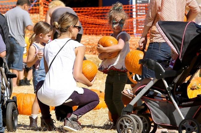 Alessandra Ambrosio et Jessica Alba chez Mr. Bones Pumpkin Patch le 14 octobre 2012