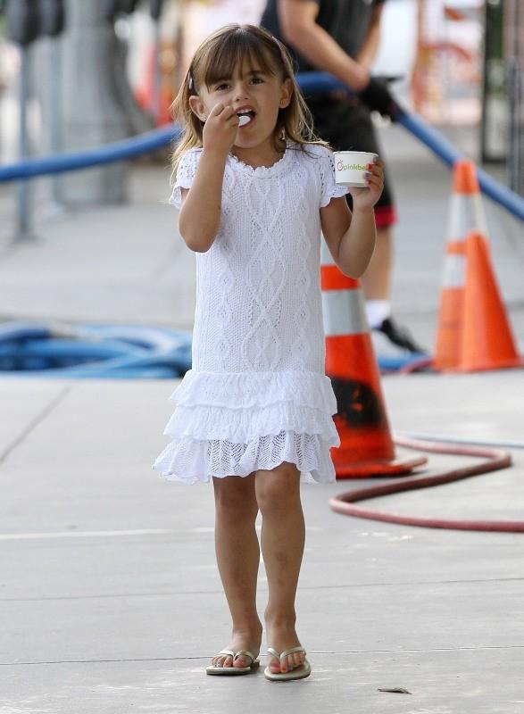 Alessandra Ambrosio et sa fille Anja dégustent un yaourt glacé, Los Angeles, le 25 juin 2013