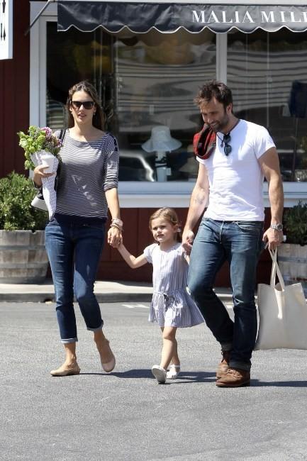 Alessandra Ambrosio en famille à Brentwood, le 6 juin 2012.