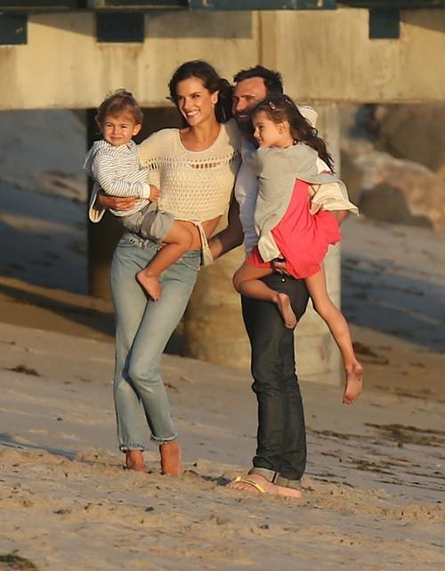 Alessandra Ambrosio en shooting à Malibu le 19 mars 2015