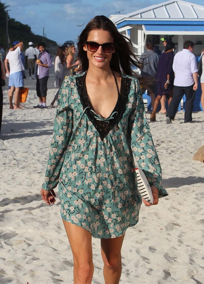 Alessandra Ambrosio à Miami le 6 décembre 2013