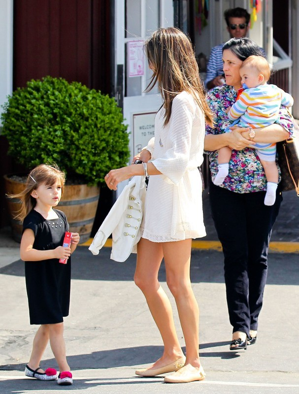 Alessandra Ambrosio en famille à Brentwood, le 24 mars 2013.