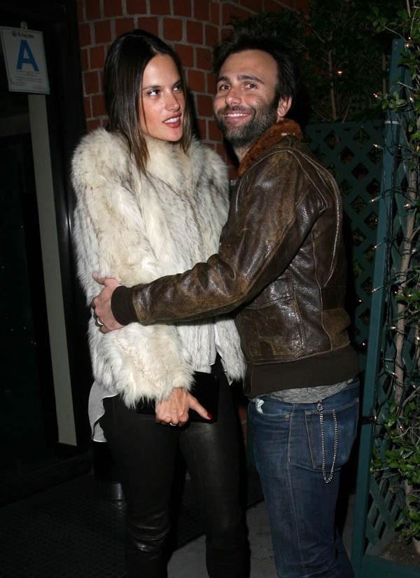 Alessandra pas d'humeur à faire un câlin à son mari !