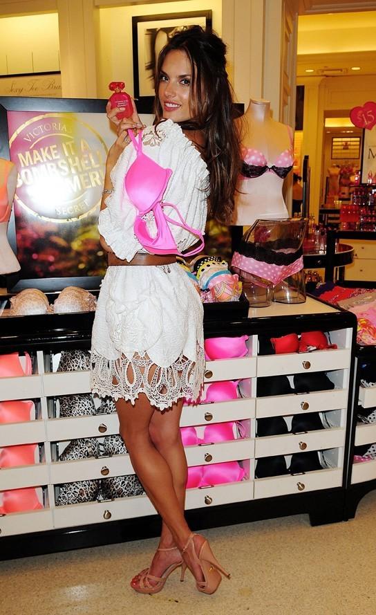 Alessandra Ambrosio en mode bombshell...