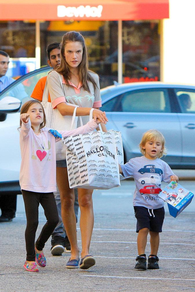 Photos : Alessandra Ambrosio : une maman prête pour Halloween !