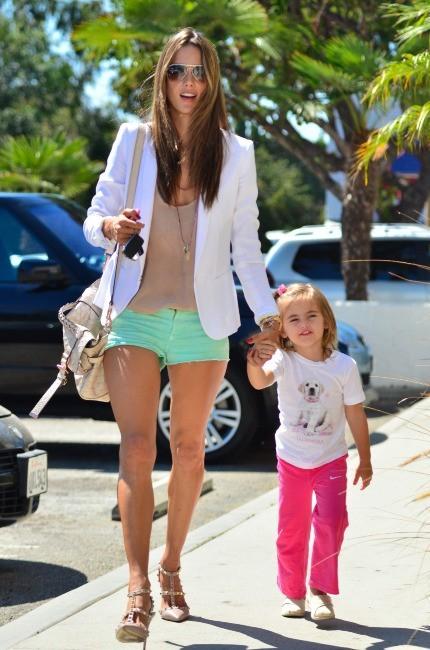 Alessandra Ambrosio et sa fille Anja à Santa Monica, le 24 septembre 2012.