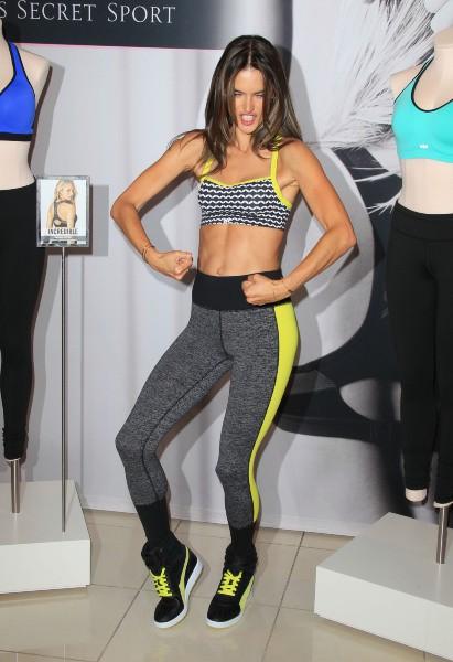 Alessandra Ambrosio en promo pour Victoria's Secret à Los Angeles, le 24 octobre 2013.