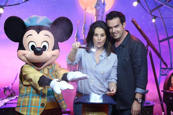 Faustine Bollaert et Maxime Chattam lors du lancement du nouveau spectacle de Disneyland Paris, le 2 juillet 2016.
