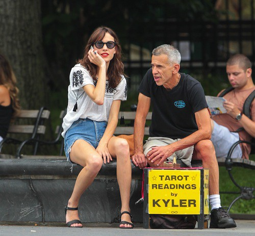 Photos : Alexa Chung : la it-girl se fait prédire l'avenir en public !