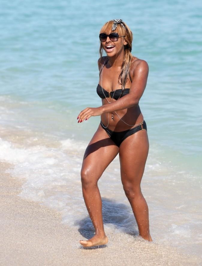 Alexandra Burke à la plage, sexy ?