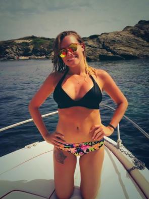 Photos : Alexia Mori : joliment accompagnée pour une virée en mer, elle exhibe son bikini body !