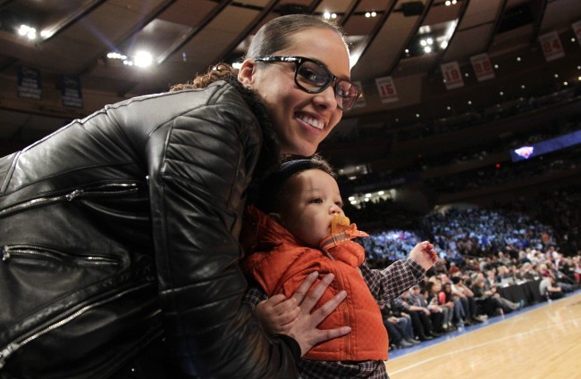 Alicia Keys et son fils Egypt, lors du match des Knicks à New York, le 25 décembre 2011.