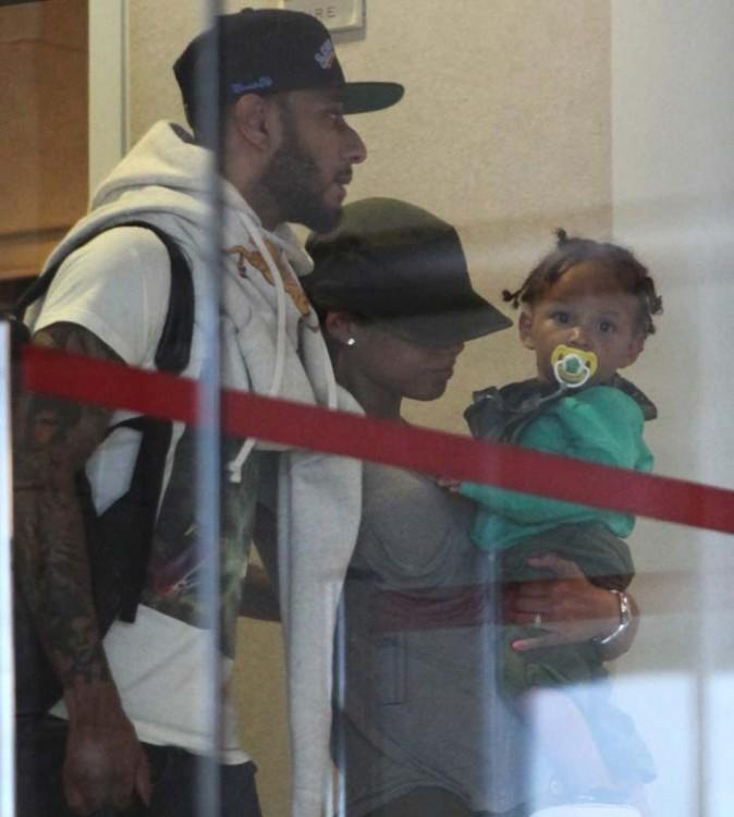 Alicia Keys en famille à l'aéroport de LA !
