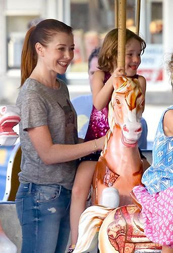 Alyson Hannigan en famille à Malibu le 30 août 2013