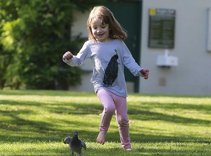 Satyana s'amuse à courir après les pigeons !
