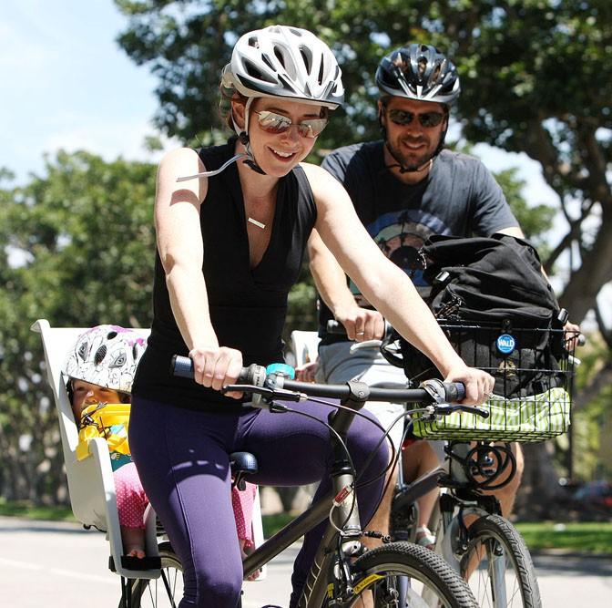 Alyson Hannigan en sortie vélo avec sa famille à Los Angeles le 4 août 2013
