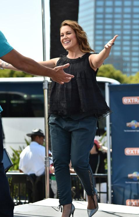 Alyssa Milano sur le plateau de l'émission Extra le 3 juin 2014