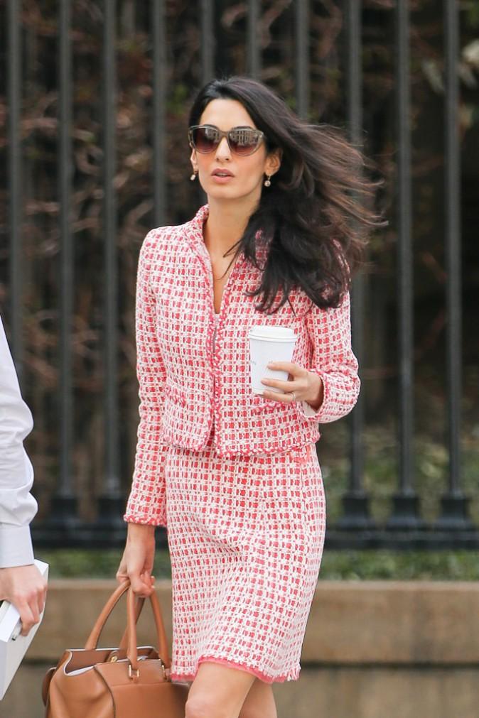 Photos : Amal Clooney, professeur au style BCBG !