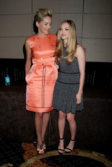 """Amanda Seyfried et Sharon Stone lors de la conférence de presse du film """"Lovelace"""" à New York, le 30 juillet 2013."""