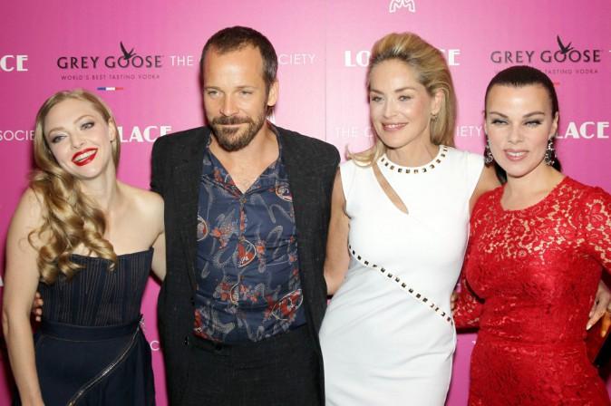 """Amanda Seyfried, Peter Sarsgaard, Sharon Stone et Debi Mazar lors de la première du film """"Lovelace"""" à New York, le 30 juillet 2013."""