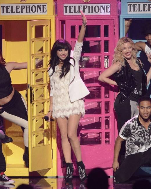 Carly Rae Jepsen sur la scène des American Music Awards 2012 à Los Angeles, le 18 novembre 2012.