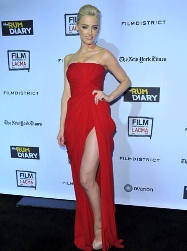 Fatale dans une robe fendue rouge