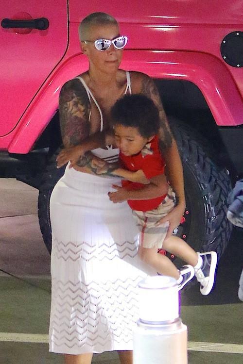 Photos : Amber Rose : de sortie avec son fils, elle joue les MILF sexy !