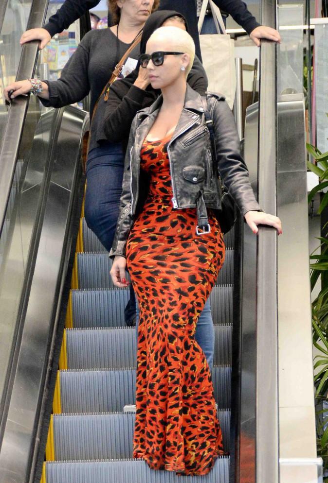 Amber Rose : elle dégaine la longue robe rouge... Pour faire ses courses !