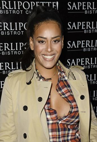 Amel Bent lors de l'inauguration de Saperlipopette, le restaurant de Norbert Tarayre à Puteaux, le 17 novembre 2014