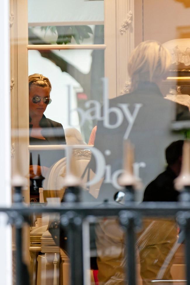 Amélie en séance shopping chez Baby Dior à Paris le 29 juin 2012