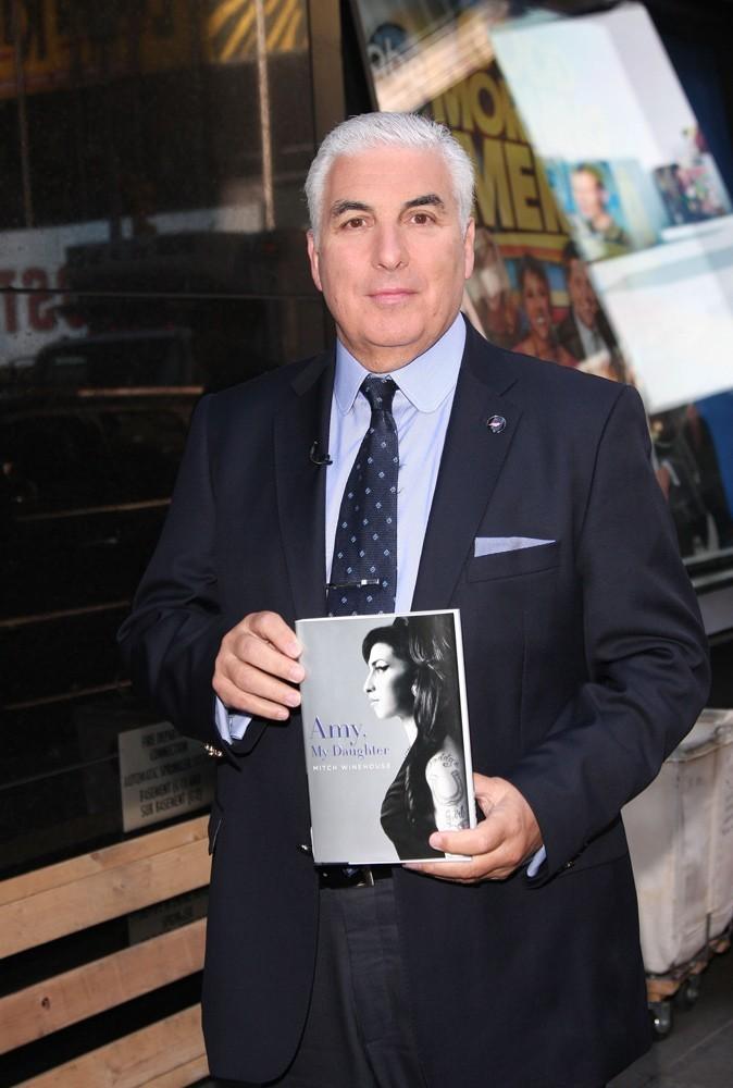 Photos : afin d'honorer la mémoire de sa fille, Mitch Winehouse a sorti un livre.